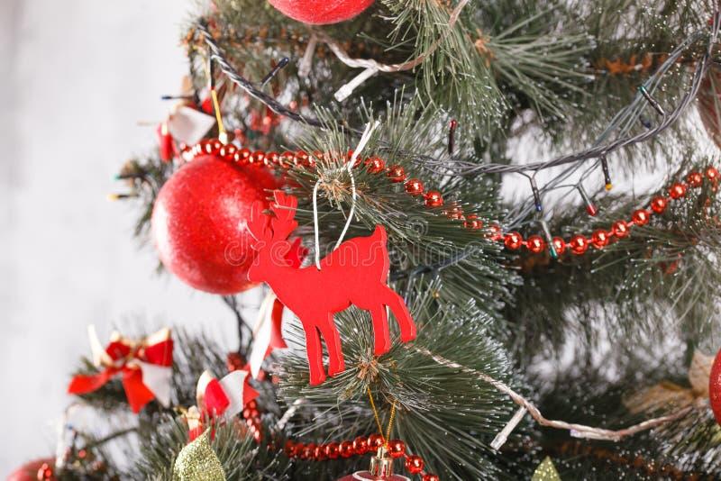 Τα Χριστούγεννα και το νέο έτος διακόσμησαν το εσωτερικό δωμάτιο με παρουσιάζουν και νέο δέντρο έτους στοκ εικόνες