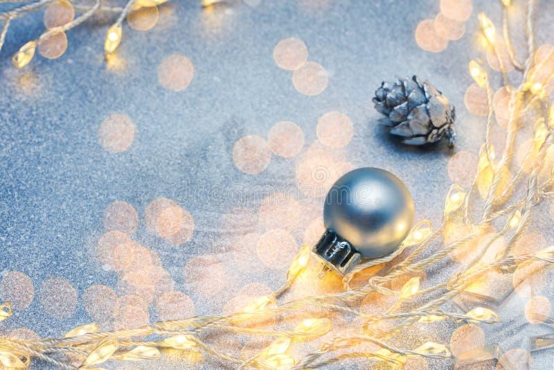 Τα Χριστούγεννα πυράκτωσης ανάβουν τις διακοσμήσεις δέντρων γιρλαντών και έλατου agains στοκ φωτογραφία με δικαίωμα ελεύθερης χρήσης