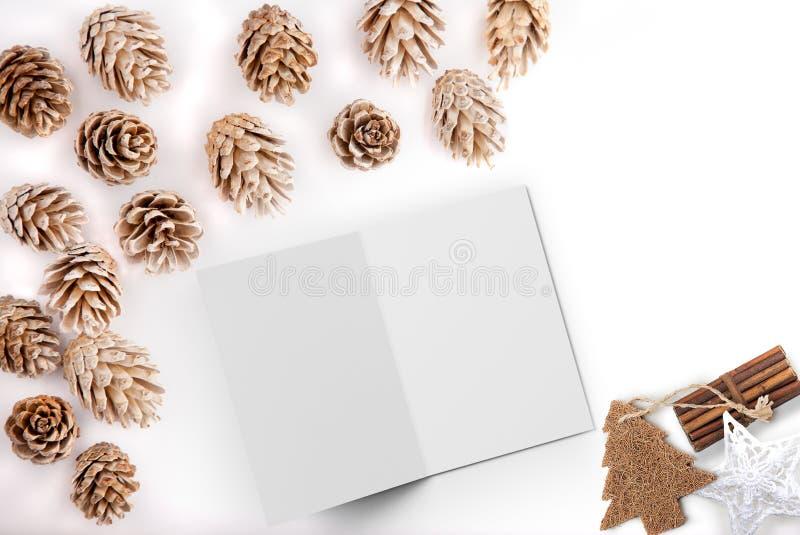 Τα Χριστούγεννα όρισαν το επίπεδο βάζουν την εικόνα υπολογιστών γραφείου προτύπων με τους κώνους πεύκων και την ανοικτή κάρτα στοκ εικόνες
