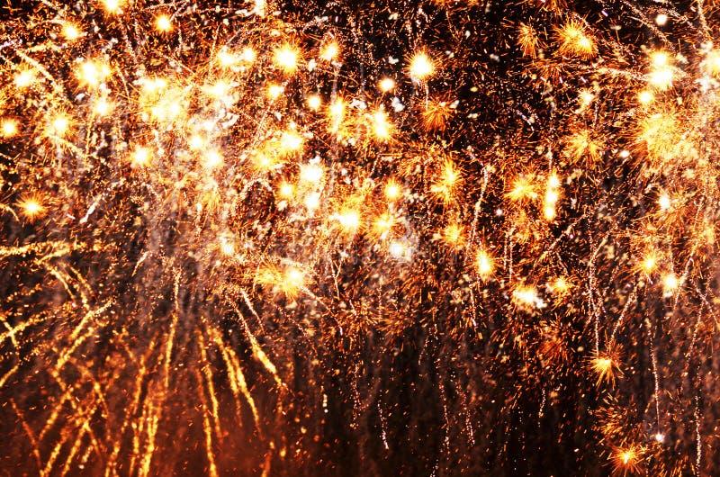Τα χρυσά αστέρια πυροβολισμού ανάβουν επάνω το μαύρο σκοτεινό υπόβαθρο νυχτερινού ουρανού στοκ εικόνες