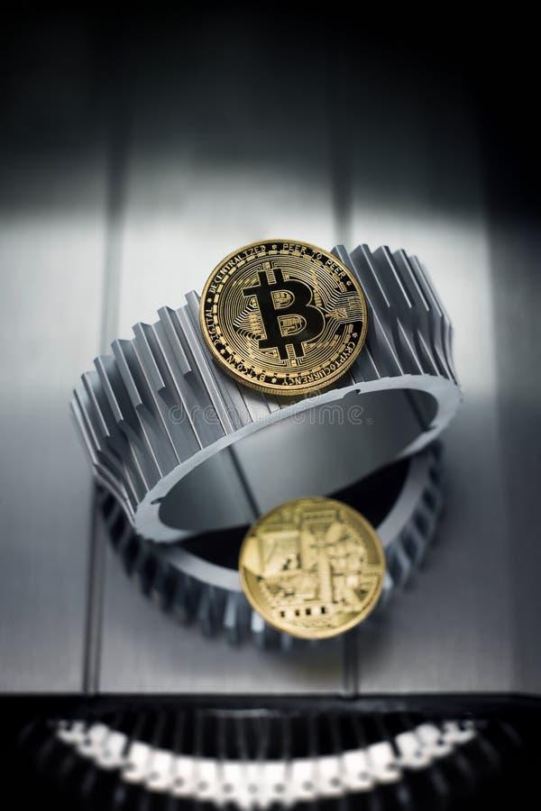 Τα χρυσά bitcoins βρίσκονται gearwheel μετάλλων στοκ εικόνα