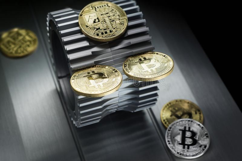 Τα χρυσά bitcoins βρίσκονται gearwheel μετάλλων στοκ εικόνες