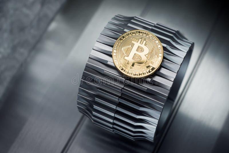 Τα χρυσά bitcoins βρίσκονται gearwheel μετάλλων στοκ εικόνες με δικαίωμα ελεύθερης χρήσης