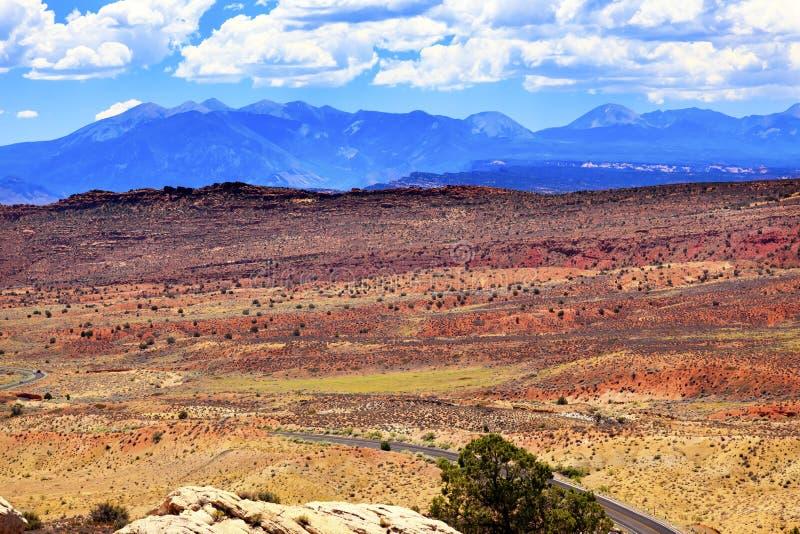 Τα χρωματισμένα βουνά Λα Salle ερήμων σχηματίζουν αψίδα το εθνικό πάρκο Moab Γιούτα στοκ φωτογραφία
