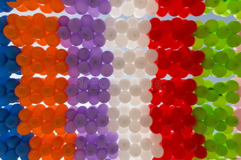 τα χρωματισμένα μπαλόνια είναι συνδεδεμένα στοκ φωτογραφίες με δικαίωμα ελεύθερης χρήσης