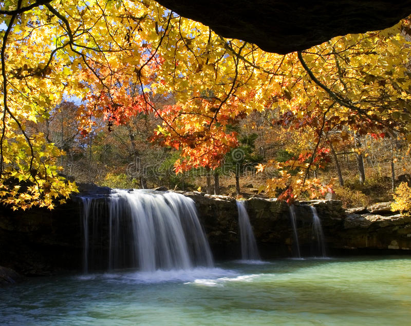 Τα χρώματα φθινοπώρου στο μειωμένο νερό πέφτουν, μειωμένος κολπίσκος νερού, εθνικό δρυμός Ozark, Αρκάνσας στοκ φωτογραφία με δικαίωμα ελεύθερης χρήσης