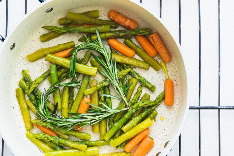 Τα ψημένα λαχανικά, σπαράγγι, καρότο, Rosemary σε ένα τηγανίζοντας τηγάνι, κλείνουν επάνω στοκ φωτογραφία με δικαίωμα ελεύθερης χρήσης