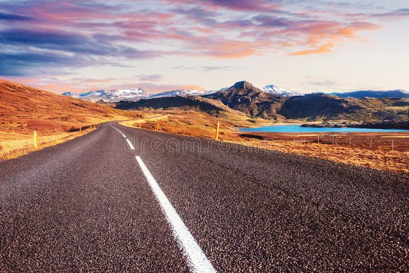 Τα όμορφα βουνά με το δραματικό ουρανό κατά μήκος της περιφερειακής οδού, καθοδηγούν 1 στην Ισλανδία στοκ φωτογραφία με δικαίωμα ελεύθερης χρήσης