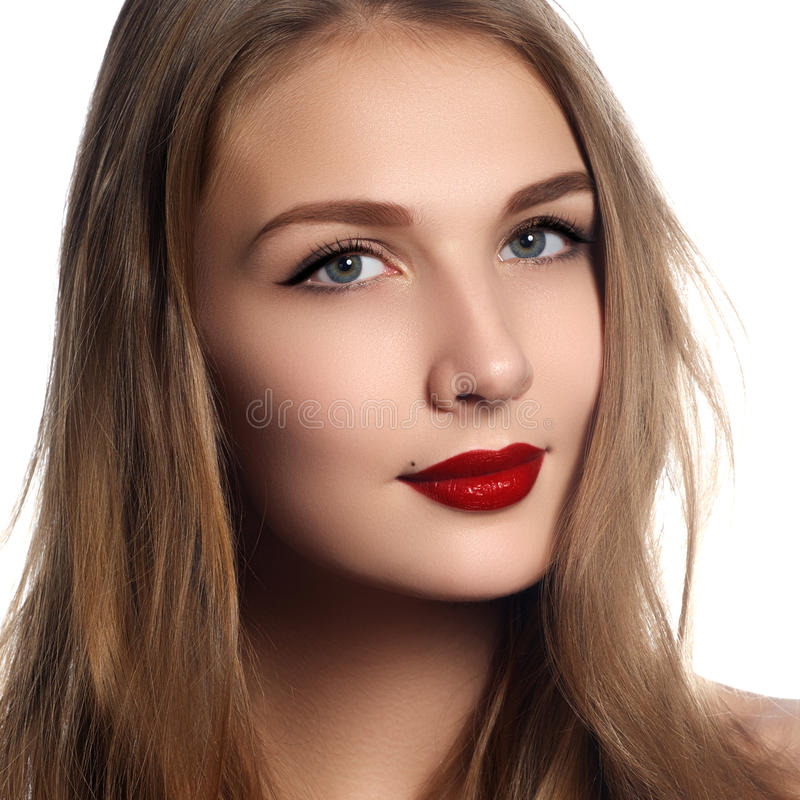 τα όμορφα καλλυντικά ομορφιάς που εξισώνουν την υγεία τριχώματος μόδας haircare hairstyle μακροχρόνια κάνουν την πρότυπη λαμπρή ε στοκ εικόνα