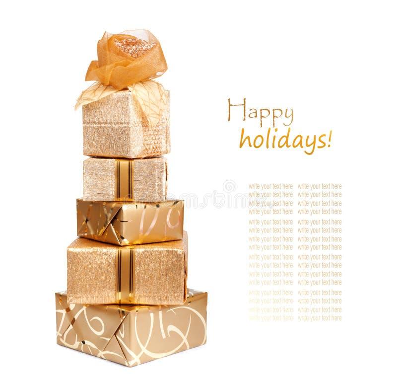 Τα όμορφα κιβώτια δώρων στο χρυσό έγγραφο με ένα μετάξι αυξήθηκαν στοκ εικόνα με δικαίωμα ελεύθερης χρήσης