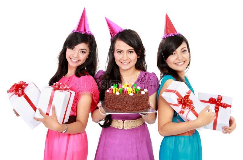 Τα όμορφα κορίτσια γιορτάζουν τα γενέθλια στοκ εικόνα