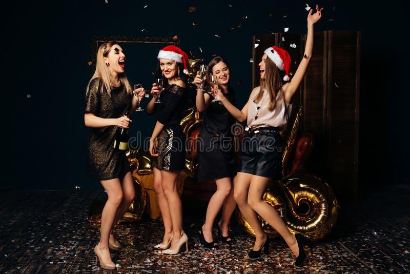 Τα όμορφα κορίτσια γιορτάζουν τα Χριστούγεννα και το νέο έτος στοκ εικόνα