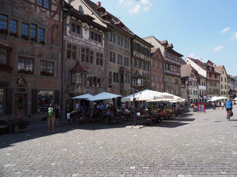 Τα όμορφα παλαιά σπίτια στην οδό στην ευρωπαϊκή πόλη Stein AM Ρήνος στην κύρια αγορά τακτοποιούν στην Ελβετία στοκ εικόνα