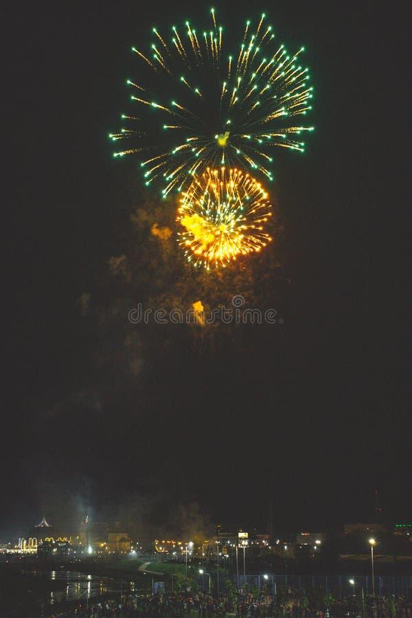 Τα όμορφα πυροτεχνήματα νύχτας παρουσιάζουν στην πόλη στοκ εικόνα
