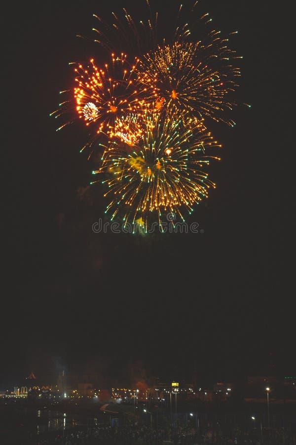 Τα όμορφα πυροτεχνήματα νύχτας παρουσιάζουν στην πόλη στοκ φωτογραφίες