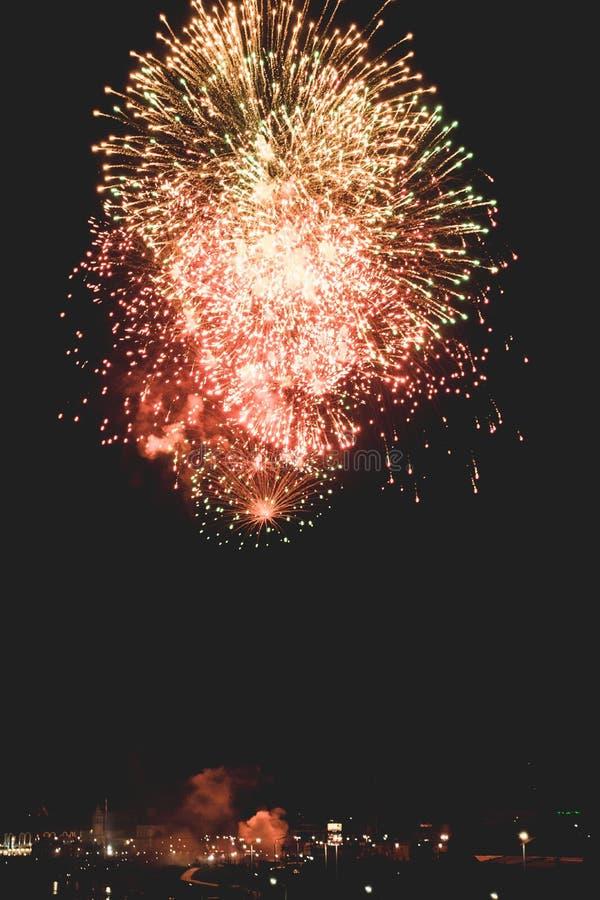 Τα όμορφα πυροτεχνήματα νύχτας παρουσιάζουν στην πόλη στοκ φωτογραφία με δικαίωμα ελεύθερης χρήσης