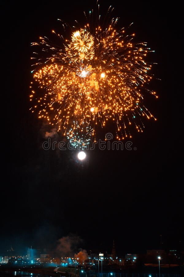 Τα όμορφα πυροτεχνήματα νύχτας παρουσιάζουν στην πόλη στοκ εικόνες με δικαίωμα ελεύθερης χρήσης