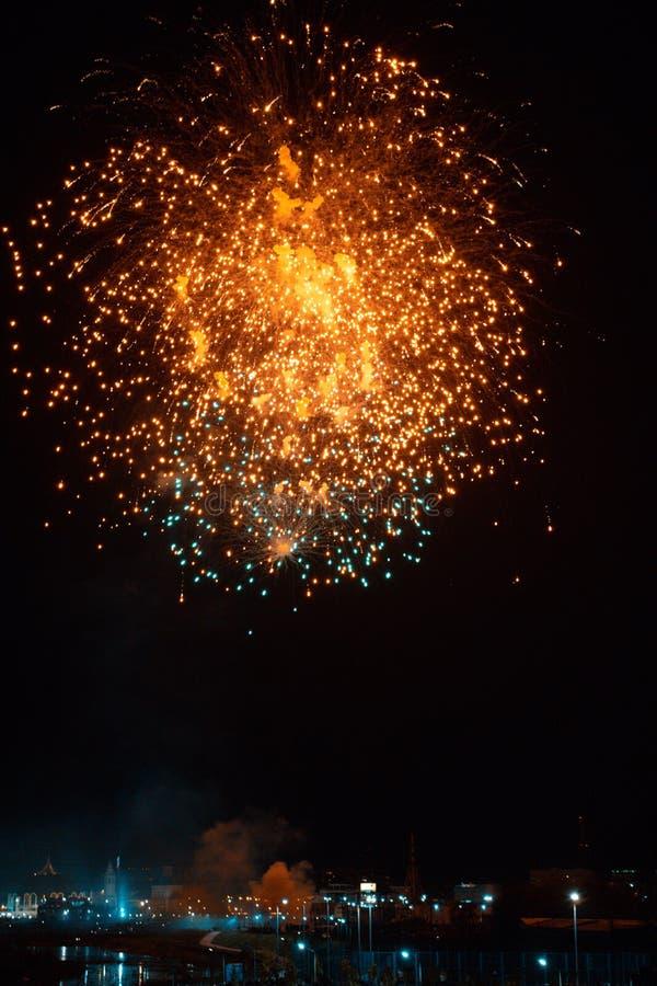 Τα όμορφα πυροτεχνήματα νύχτας παρουσιάζουν στην πόλη στοκ εικόνες