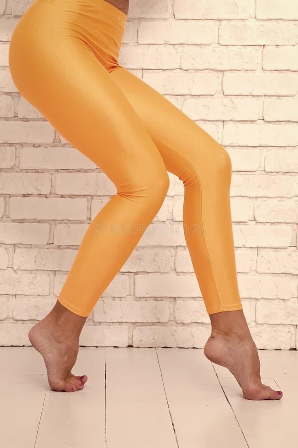 Τα όμορφα πόδια κλέβουν γλιστρούν επάνω Θηλυκός περίπατος ποδιών στα toe ακρών Δεν πρέπει να γλιστρήσετε επάνω όπως αυτόν Όμορφος στοκ εικόνα