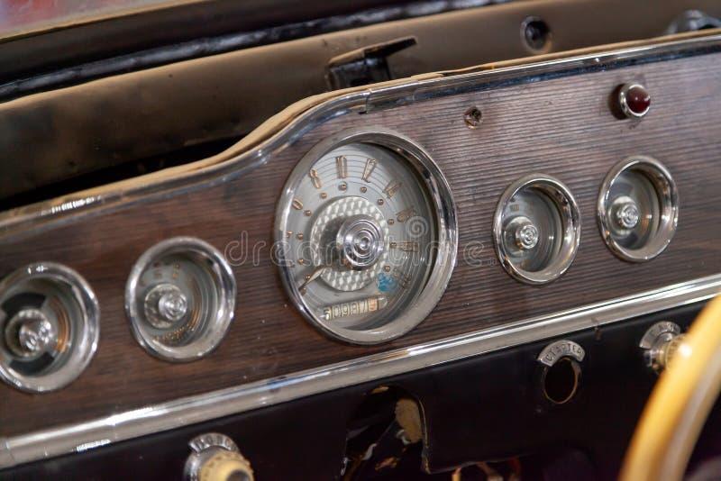 Τα όργανα και μια επιτροπή με ένα ταχύμετρο και ένα ταχύμετρο του εσωτερικού ένα παλαιό ρωσικό αναδρομικό αυτοκίνητο δηλητηριάζου στοκ φωτογραφία