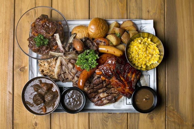 Τα δύο φορές μαγειρευμένες πλευρά χοιρινού κρέατος και οι συμπάθειες σχαρών όπως τη χλόη φ στοκ εικόνα