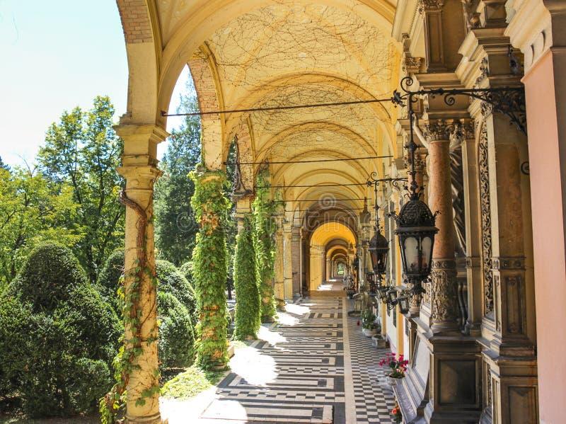 Τα arcades κατά μήκος του νεκροταφείου Mirogoj είναι οι τελευταίες στηργμένος θέσεις πολλές διάσημο Croatians στοκ φωτογραφίες