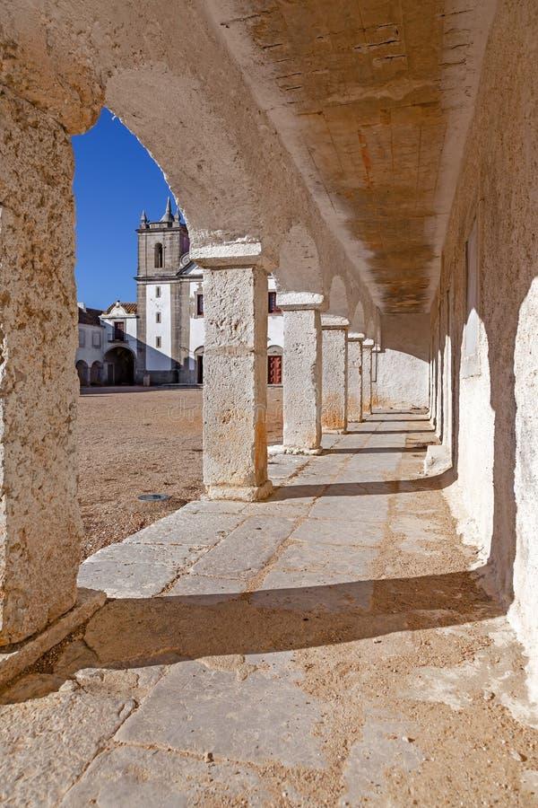 Τα arcades των καταλυμάτων προσκυνητών στο μπαρόκ άδυτο Nossa Senhora do Cabo στοκ εικόνες