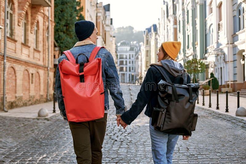 Τα bloggers ταξιδιωτικών ζευγών ερωτευμένα απολαμβάνουν τη θέα της παλαιάς πόλης στοκ φωτογραφία με δικαίωμα ελεύθερης χρήσης