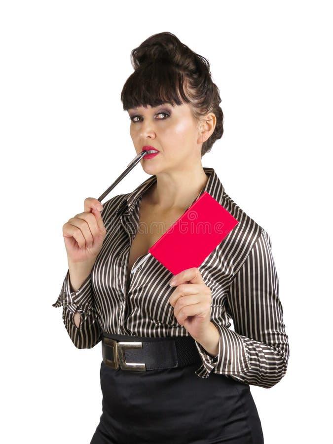 Τεθειμένη ελκυστική ηλικιωμένη επιχειρησιακή γυναίκα που κρατά λίγο κόκκινο βιβλίο στοκ φωτογραφίες