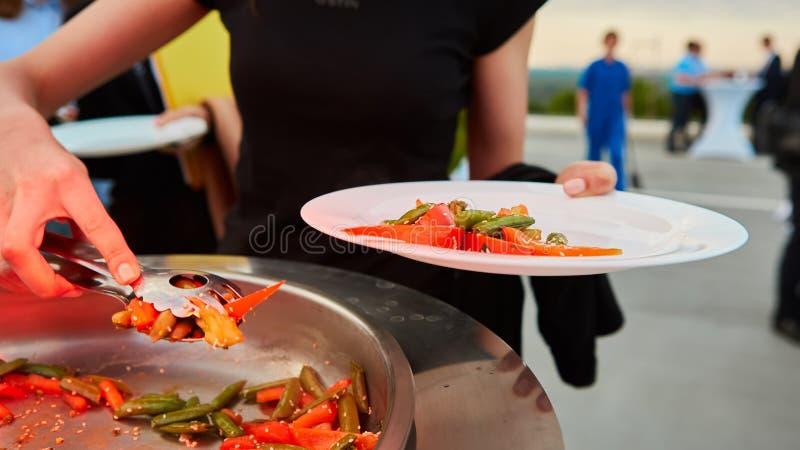 Τεθειμένος στα ένα ψημένα στη σχάρα πιάτο λαχανικά στοκ εικόνες