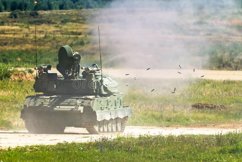 Τεθωρακισμένο όχημα μεταφοράς προσωπικό πυροβολισμού στον τομέα κατά τη διάρκεια των στρατιωτικών διαδικασιών Η μειωμένη λύση από στοκ εικόνες