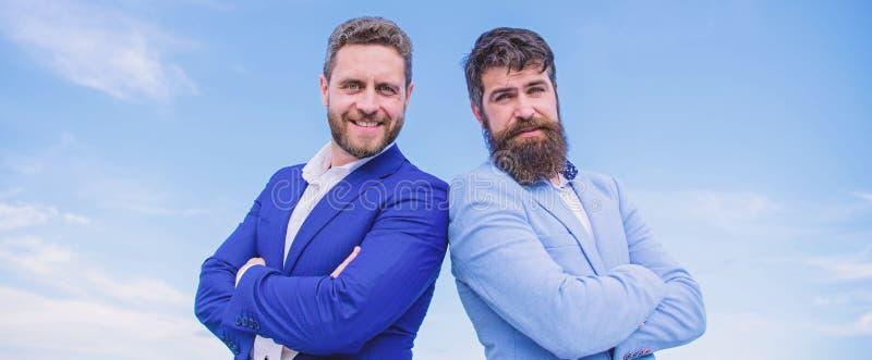 Τελειοποιήστε με κάθε λεπτομέρειες r Γενειοφόροι επιχειρηματίες που θέτουν με βεβαιότητα Τα επιχειρησιακά άτομα στέκονται μπλε στοκ εικόνες