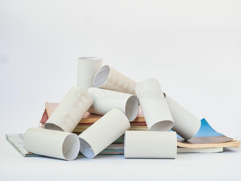 Τελειωμένοι ρόλοι χαρτιού τουαλέτας που απομονώνονται πέρα από το λευκό Έννοια προστασίας του περιβάλλοντος Έννοια διαχείρησης απ στοκ εικόνες