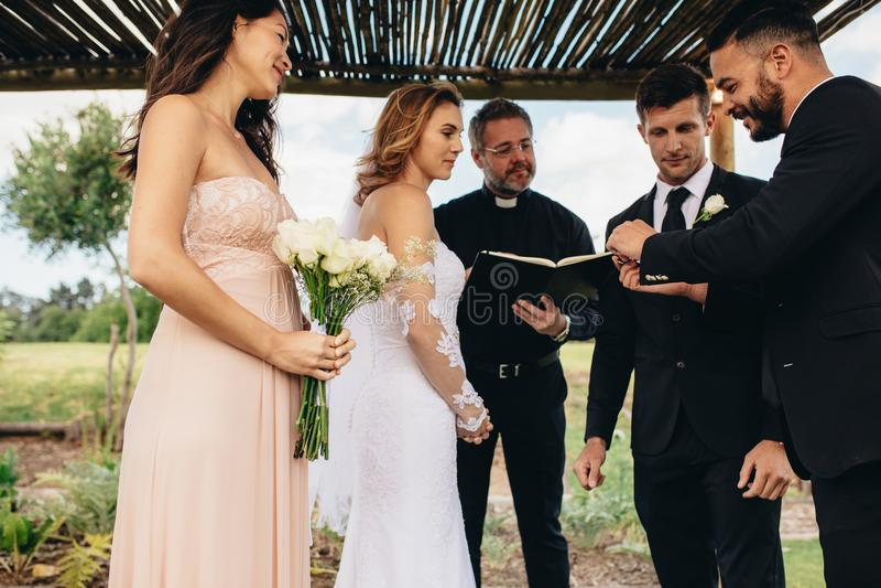 Τελετουργικό ανταλλαγής δαχτυλιδιών στη γαμήλια τελετή στοκ φωτογραφίες με δικαίωμα ελεύθερης χρήσης