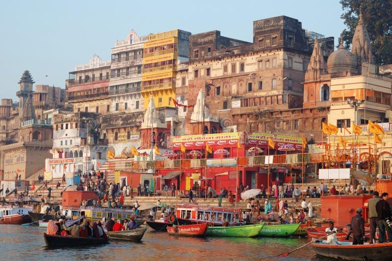 Τελετουργικό λούσιμο πρωινού στο ιερό Varanasi ghats, Ινδία στοκ εικόνες