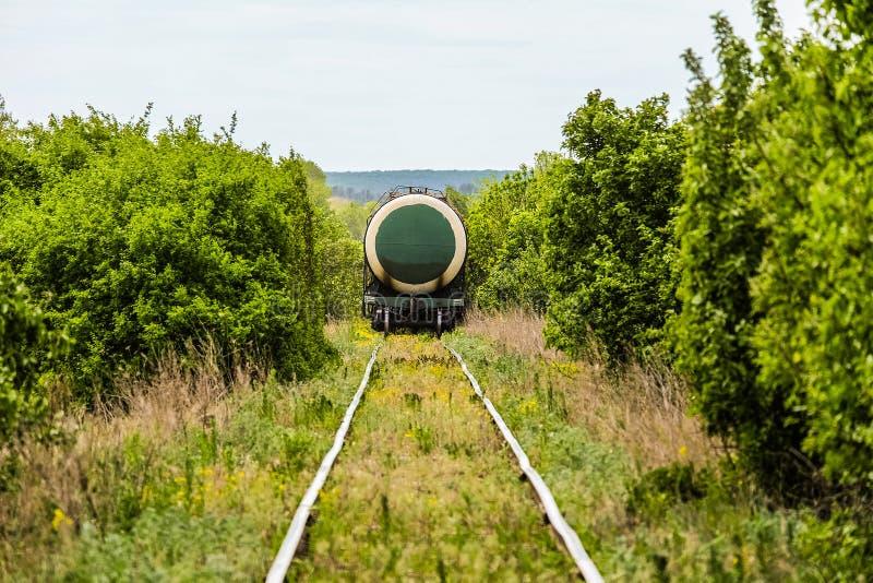 Τελευταία δεξαμενή βαγονιών εμπορευμάτων του φορτηγού τρένου σε έναν ενιαίο σιδηρόδρομο διαδρομής στοκ εικόνες