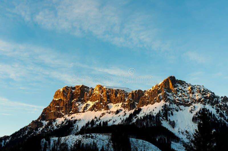 Τελευταία ηλιαχτίδα στο βουνό βράχου πριν από το ηλιοβασίλεμα στα αυστριακά όρη το χειμώνα στοκ εικόνες με δικαίωμα ελεύθερης χρήσης