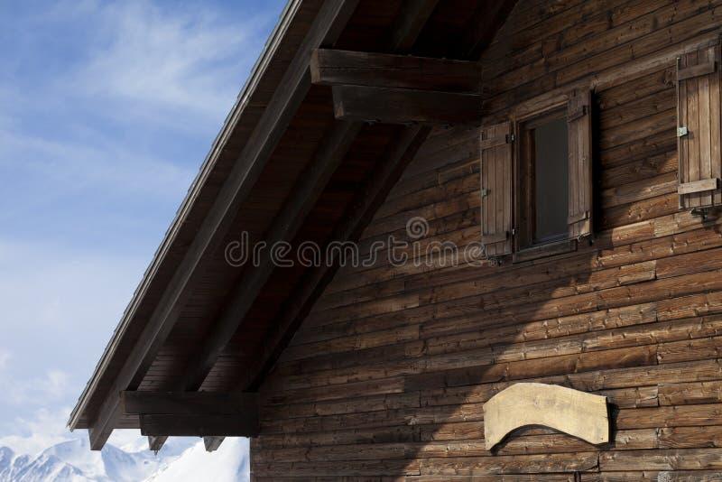 Τελευταίος όροφος του ξύλινου ξενοδοχείου στα χειμερινά βουνά στοκ εικόνες