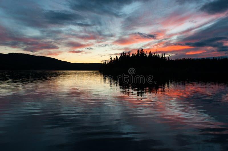 Τελευταίο φως της ημέρας - εξαιρετική ρομαντική ατμόσφαιρα στη λίμνη Γάλλου, Yukon στοκ εικόνα με δικαίωμα ελεύθερης χρήσης
