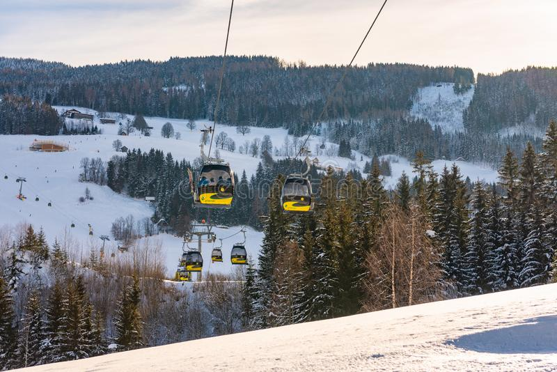 Τελεφερίκ, γόνδολες της δύσης Planai σε Planai & Hochwurzen - να κάνει σκι καρδιά του schladming-Dachstein, Αυστρία στοκ φωτογραφία