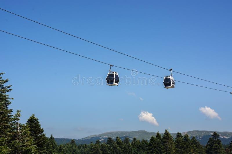 Τελεφερίκ και μπλε ουρανός στο uludag/το Bursa/την Τουρκία στοκ εικόνες