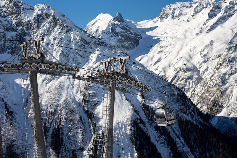 Τελεφερίκ στη χειμερινή ηλιόλουστη ημέρα Χιονοδρομικό κέντρο Dombay, δυτικός Καύκασος, Ρωσία Έννοια αθλητικών διακοπών _ στοκ εικόνα