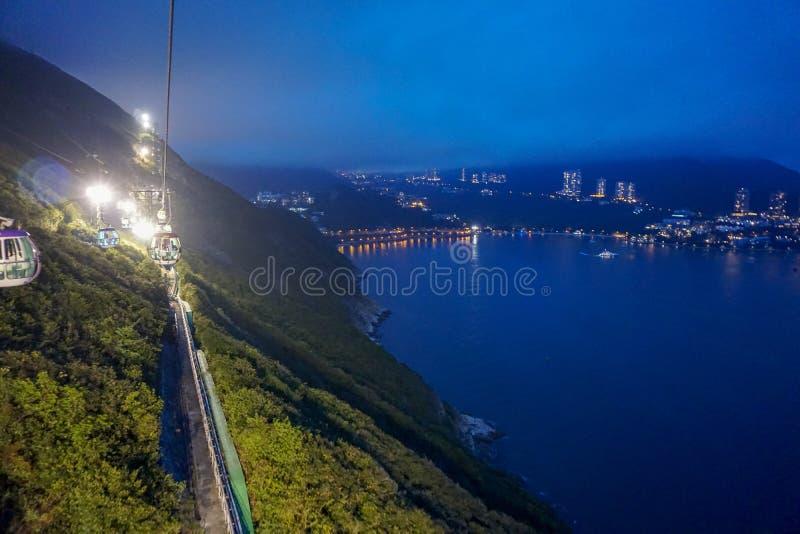 Τελεφερίκ τη νύχτα στο ωκεάνιο πάρκο Χονγκ Κονγκ στοκ εικόνες