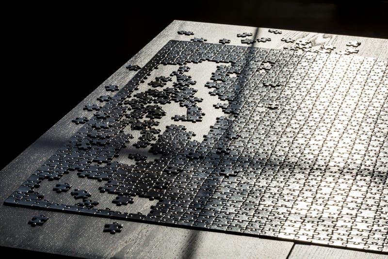 Τελικό του παιχνιδιού γρίφων τορνευτικών πριονιών Διάφορα κομμάτια γρίφων δεν ολοκληρώνονται Έννοια της επιτυχίας στοκ εικόνες