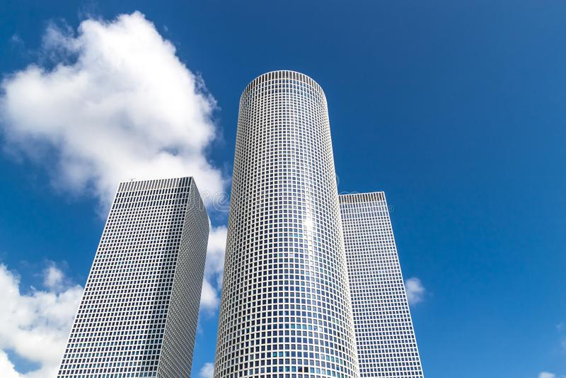 ΤΕΛ ΑΒΙΒ/ΙΣΡΑΗΛ Ιούνιος 2013: Azrieli Shopping Mall και business center, τρεις ουρανοξύστες στην καρδιά του Τελ Αβίβ, Ισραήλ στοκ φωτογραφία με δικαίωμα ελεύθερης χρήσης