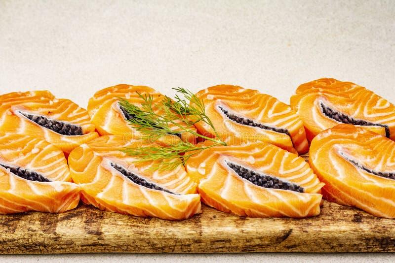 Τεμάχια νωπού σολομού Συστατικό για μαγείρεμα υγιεινών θαλασσινών Έννοια ωμέγα 3 που περιέχει τρόφιμα στοκ εικόνα