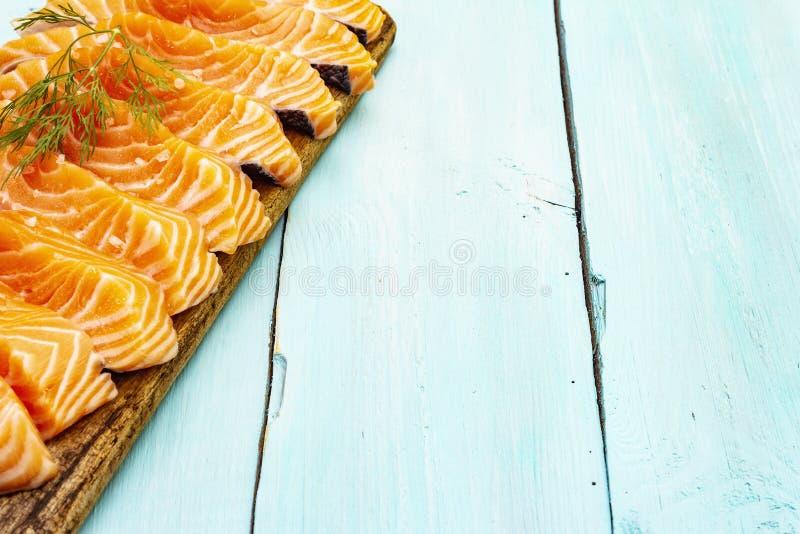 Τεμάχια νωπού σολομού Συστατικό για μαγείρεμα υγιεινών θαλασσινών Έννοια ωμέγα 3 που περιέχει τρόφιμα στοκ φωτογραφία