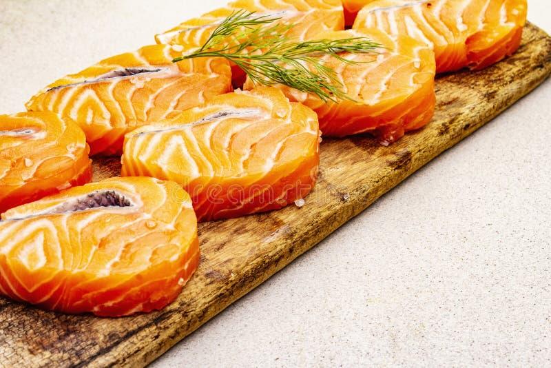 Τεμάχια νωπού σολομού Συστατικό για μαγείρεμα υγιεινών θαλασσινών Έννοια ωμέγα 3 που περιέχει τρόφιμα στοκ φωτογραφίες