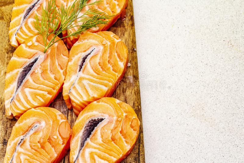Τεμάχια νωπού σολομού Συστατικό για μαγείρεμα υγιεινών θαλασσινών Έννοια ωμέγα 3 που περιέχει τρόφιμα στοκ φωτογραφία με δικαίωμα ελεύθερης χρήσης