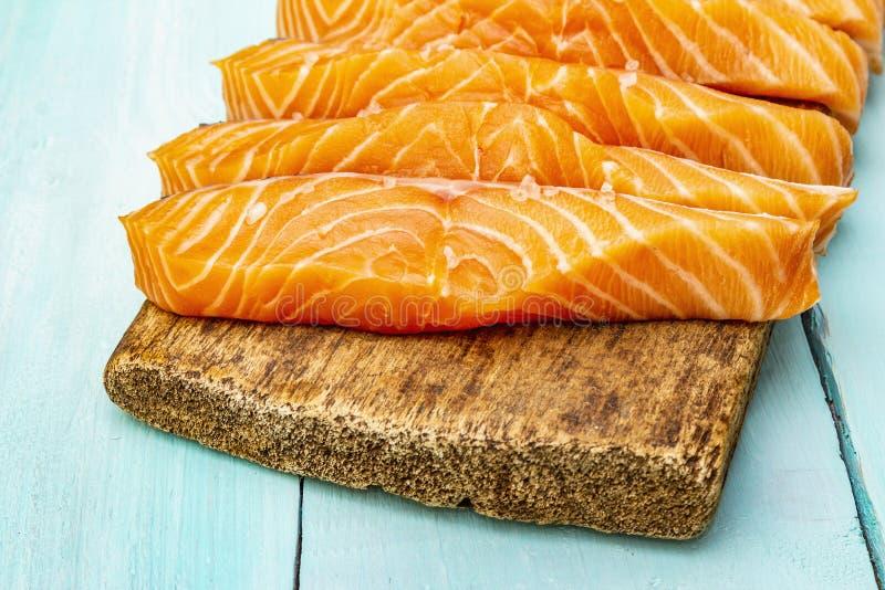 Τεμάχια νωπού σολομού Συστατικό για μαγείρεμα υγιεινών θαλασσινών Έννοια ωμέγα 3 που περιέχει τρόφιμα στοκ φωτογραφίες με δικαίωμα ελεύθερης χρήσης
